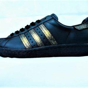 Chaussures customisées Adidas Superstar 24K Black par Double G customs, Artiste belge, créateur de chaussures customisées sur demande.