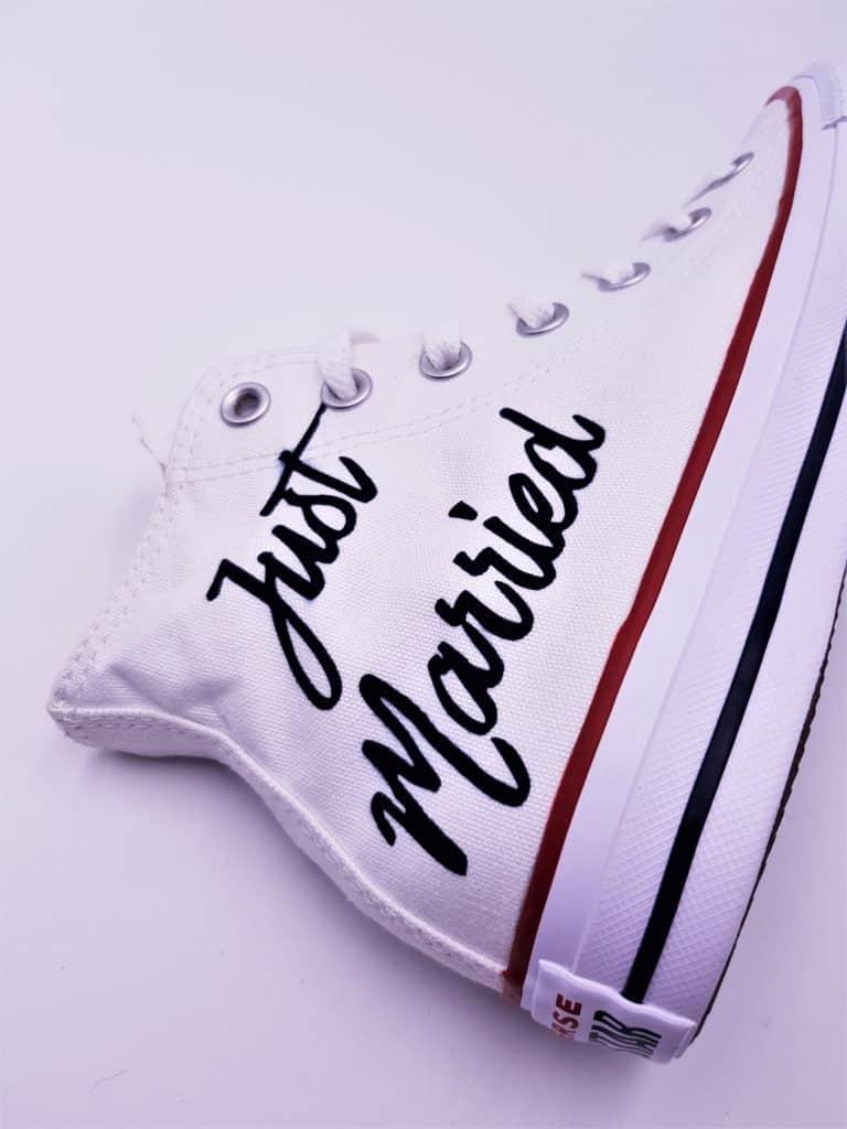 Converse Mariage Just Married Elegance, chaussures personnalisées réalisées par Double G Customs, créateur de chaussures de mariage personnalisées sur mesure. Créez une paire de converse mariage sur mesure