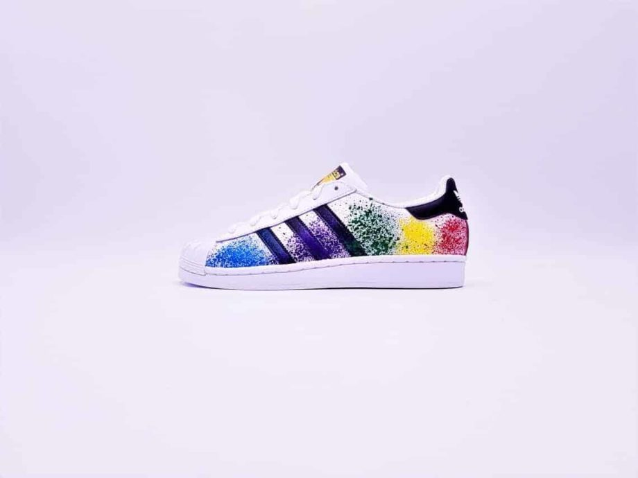 Les Adidas Color Splash custom, des Adidas Superstar customisées par Double G Customs avec des éclaboussures de peinture multicolore.