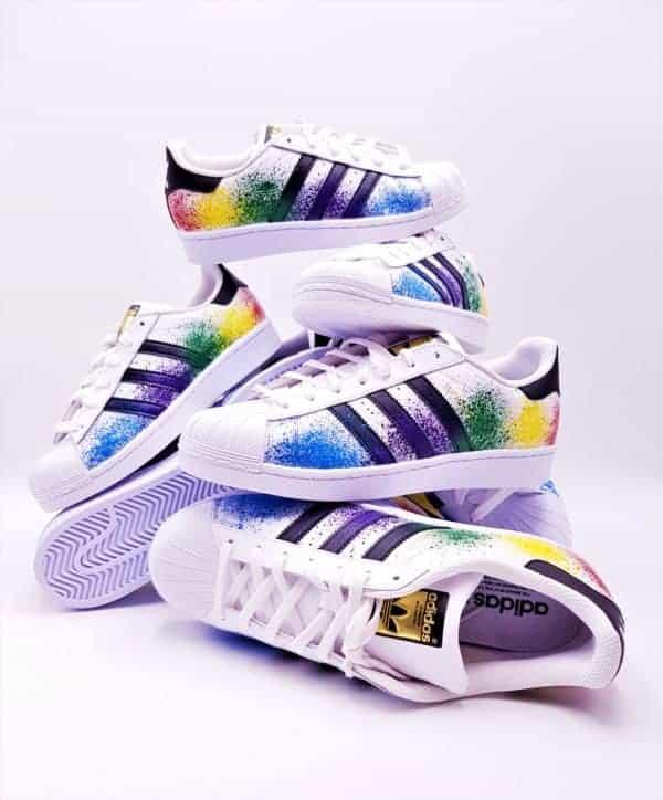 Les Adidas Color Splash custom, des Adidas Superstar customisées par Double G Customs avec des éclaboussures de peinture multicolore.