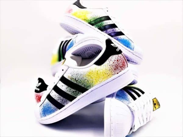These custom adidas color splash shoes were made by double G customs from a pair of adidas Superstar. Double G customs, creator of customizable footwear on request. Create a pair of shoes tailored to your desires.