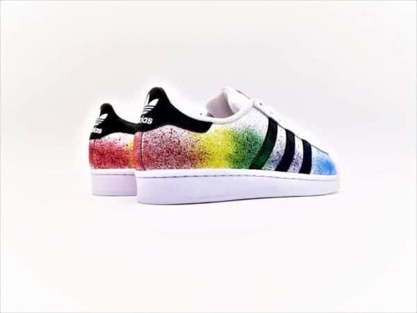 Ces chaussures personnalisées Adidas Color Splash ont été réalisée par Double G Customs à partir d'une paire d'Adidas Superstar. Double G Customs, créateur de chaussures personnalisables sur demande. Créez une paire de chaussures personnalisées selon vos envies.