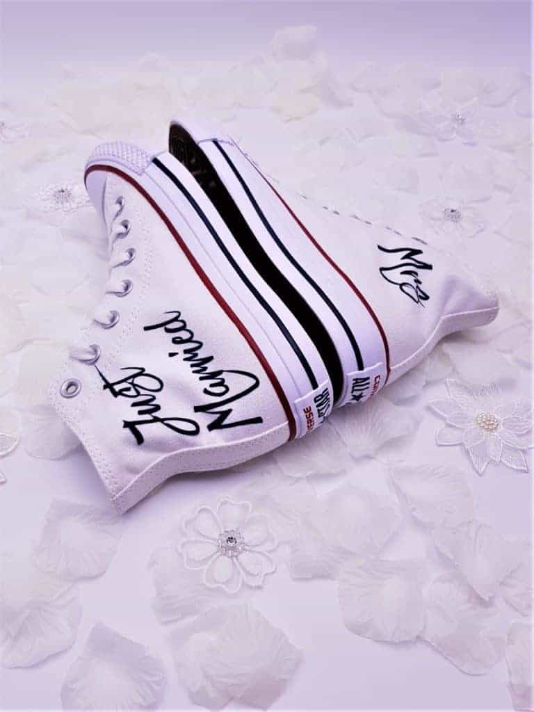 Les Converse Just Married, la paire de chaussure customisées parfaite pour les mariages. Réalisées par Double G Customs, customisation de chaussures spécialisé dans les mariages.