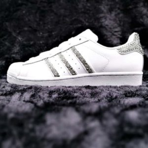 Chaussures Adidas Glitter & Swarovski par Double G Customs réalisées à partir d'Adidas Superstar. Créez une paire de chaussures personnalisées sur mesure.