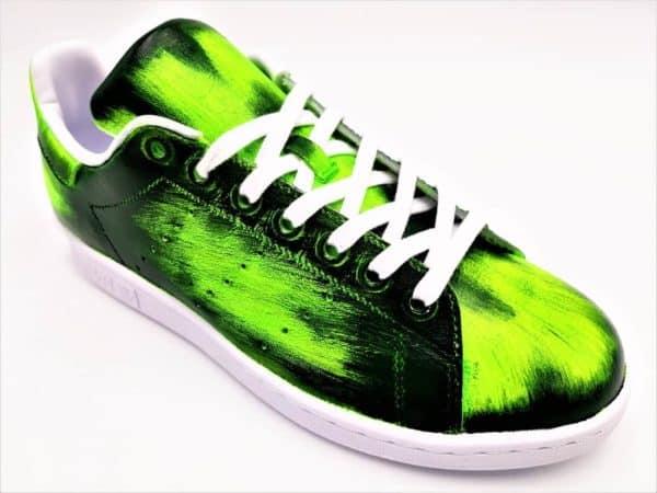 Chaussures personnalisées Adidas Stan Smith Patina Vert par l'artiste belge Customiser Double G Customs. Création de chaussures personnalisables sur mesure.