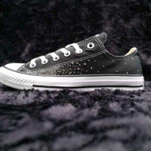 Chaussures personnalisées Converse Swarovski Galaxy réalisées par double g customs avec des strass Swarovski. Créez une paire de chaussures personnalisées Converse Swarovski sur mesure avec Double G Customs, artiste belge, créateur de chaussures personnalisées sur mesure.