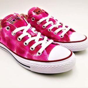 Découvrez ces chaussures personnalisées Converse Custom réalisées à partir d'une paire de Converse All Star Chuck Taylor par Double G Customs et baptisée Converse Bubblegum.