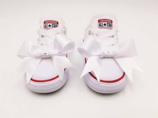 Chaussures personnalisées Converse Baby par Double G Customs. Converse Baby fairy réalisées avec des rubans et strass swarovski pour les mariages, les défilés, les baptêmes et les communions. Chaussures personnalisées sur mesure par Double G Customs.