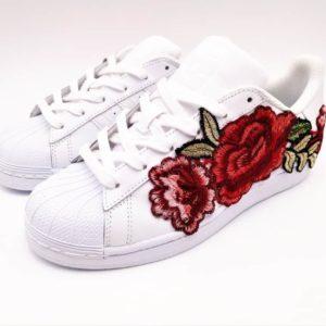 Adidas personnalisable crée par l'artiste Belge Double G Customs. Les chaussures personnalisées Adidas Superstar Flower embroidery sont réalisées avec des broderies de fleures par Double G Customs.