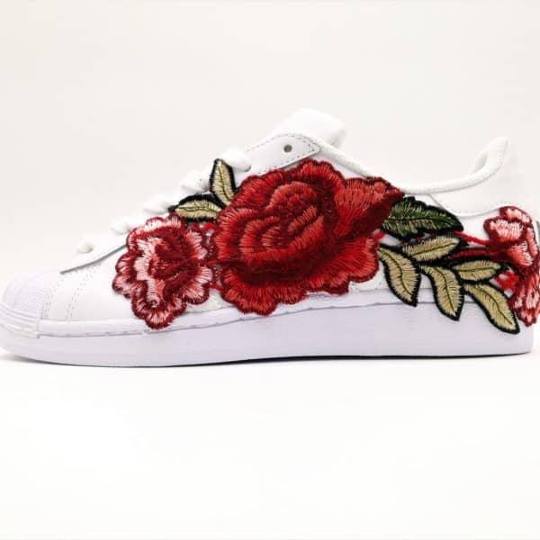 adidas superstar flower embroidery custom sneakers. Chaussures custmiséés réalisées par double g customs avec des broderies de fleurs