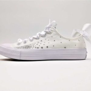 Converse Wedding persoonalisées par Double G Customs. Chaussures personnalisées créées pour les mariages. Chaussures customisées Converse Wedding custom fairy galaxy.