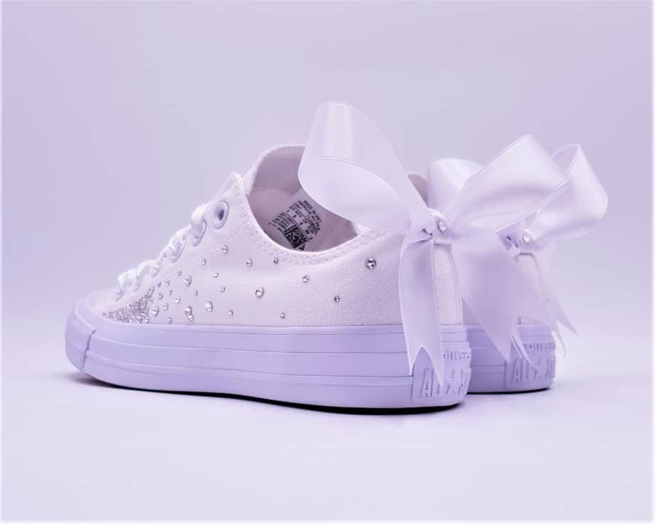 Les Converse Wedding Fairy Galaxy, une paire de chaussure personnalisée pour les mariages avec un noeud en ruban et des strass Swarovski.