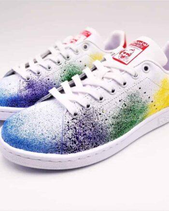 Chaussures personnalisées Adidas Color Splash Stan Smith réalisée par l'artiste belge Double G Customs à partir d'une paire d'Addas Stan Smith. Ces chaussures sont personnalisées avec des éclaboussures de peinture.