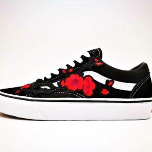 Ces chaussures personnalisées Vans custom ont été réalisée par Double G Customs avec des broderies de fleures de prunier du Japon. Ces chaussures customisées sont réalisées à partir du modèle classique de Vans Old Skool. Apportez de la fraicheur à votre tenue avec ces Vans Custom Old Skool Japan's Spring Flower!
