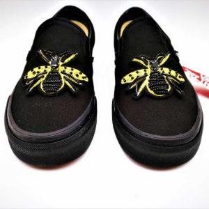 Ces chaussures personnalisées Vans Custom Slip-On Cleopatre ont été réalisée par l'artiste belge Double G Customs avec des broderies d'abeilles. Créez votre paire de chaussures personnalisées sur mesure avec Double G Customs.