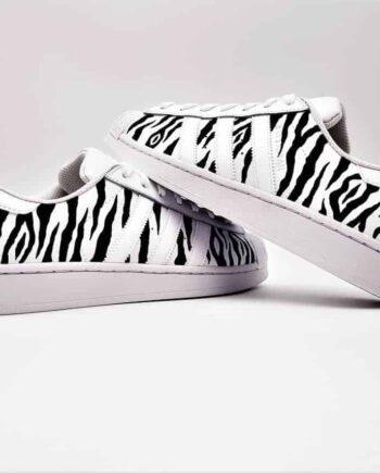 Adidas Superstar personnalisées par double G Customs. Les adidas superstar zebra sont réalisées avec des zébrures. Double G Customs sneakers
