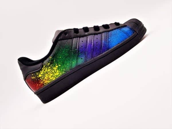 Adidas color splash superstar black édition par Double G Customs, adidas superstar personnalisées avec des éclaboussures de peinture. Adidas superstar custom color splash par l'artiste belge double g customs