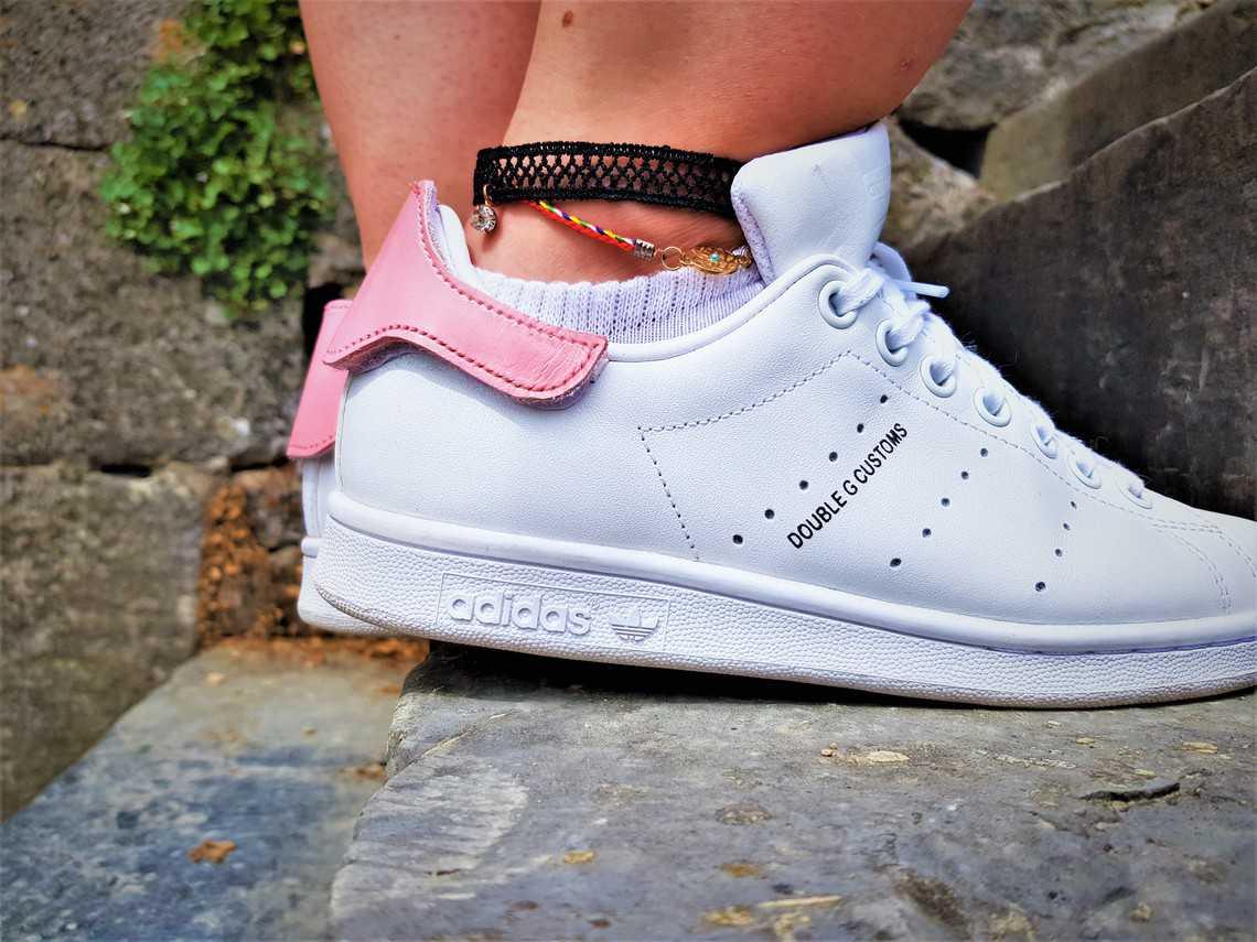 Adidas Stan Smith Patch par double g customs. Chaussures personnalisées adidas stan smith avec des