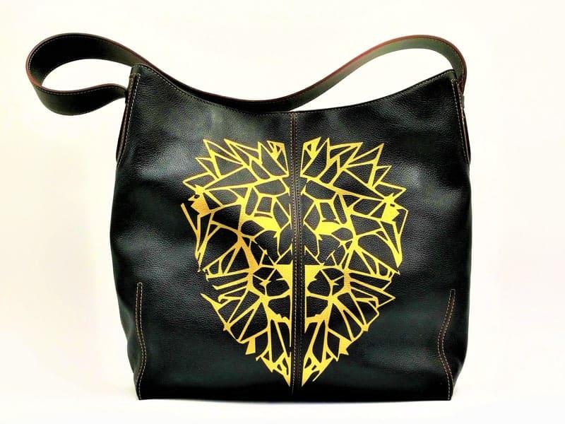 sac delveux 24h, lion réalisé par double g customs, artiste créateur de chaussures customisées.