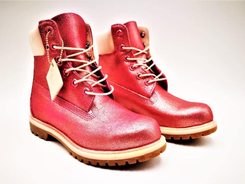 Timberland custom glitter rose par Double G Customs, artiste créateur de chaussures customisées.