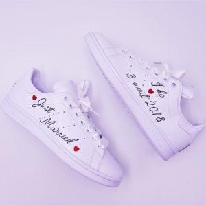 Les Adidas Stan Smith Just Married Angel sont des chaussures mariages personnalisées par Double G Customs avec l'inscription Just Married, la Date du mariage et des lacets en satin. Chaussures de mariages personnalisées par Double G Customs.