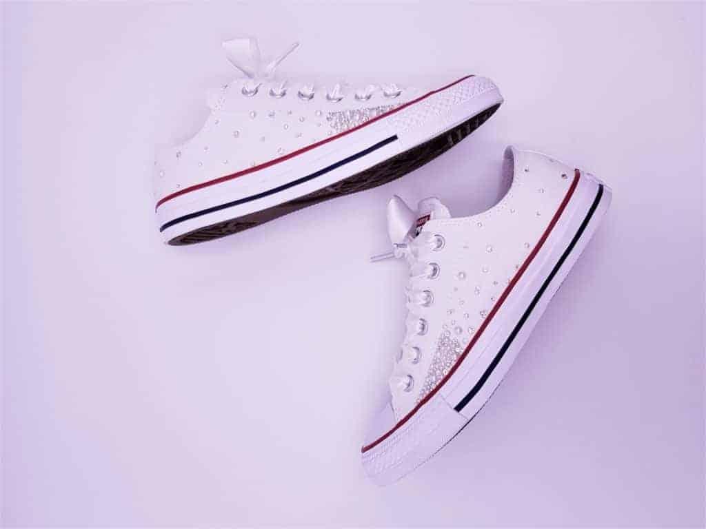 Les Converse Pearl Galaxy sont le modèle de chaussures personnalisées parfait pour votre mariage. Elles sont personnalisées avec un subtil mélange de strass Swarovski et des perles et surmontée d'une paire de lacets en satin.