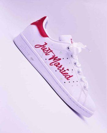 Les Adidas Stan Smith Just Married sont réalisées avec des Strass Swarovski et des lacets en satin pour les mariages. Chaussures personnalisées pour les mariages par Double G Customs, créateur de chaussures personnalisées de mariage sur mesure.
