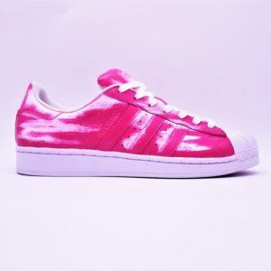 Chaussures personnalisées Adidas Superstar Patina Rose par Double G Customs. Custom sneakers réalisées avec une patine rose par l'artiste Belge Double G Customs.