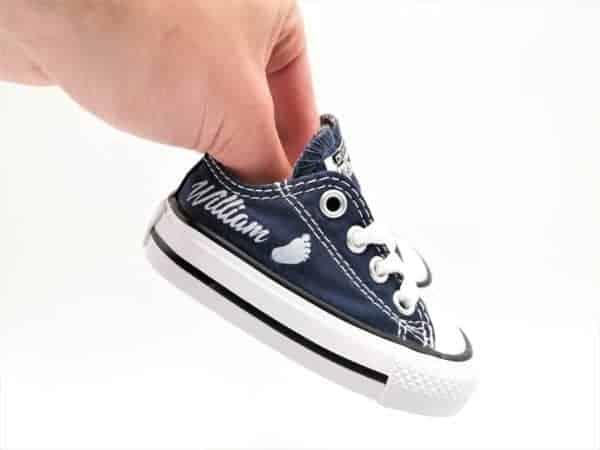 Les converse baby naissance sont le cadeau idéal pour les naissances, anniversaires ... Ces chaussures sont personnalisées avec le prénom de votre enfant par Double G Customs.