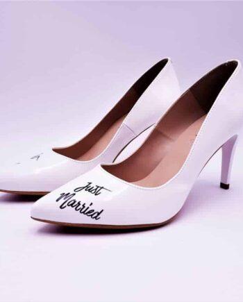 Les Giulia Just Married, ce sont des chaussures personnalisées pour les mariages sobres et élégantes réalisées par l'artiste belge Double G customs, créateur de chaussures sur mesure pour les mariages.
