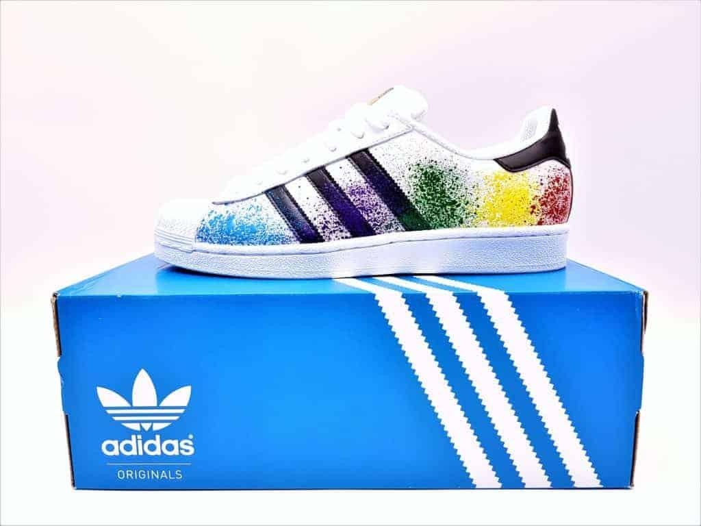 Les adidas color splash superstarn chaussures customisées réalisées par double g customs, artiste customizer