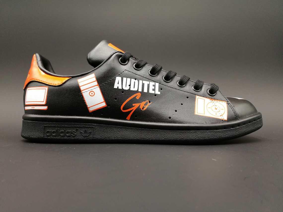 chaussures personnalisées Adidas Stan Smith custom pour Auditel par Double G Customs