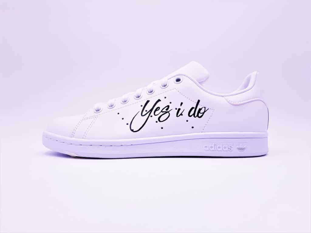 adidas Stan Smith custom pour un mariage avec les inscriptions Mrs et yes i do par double g customs