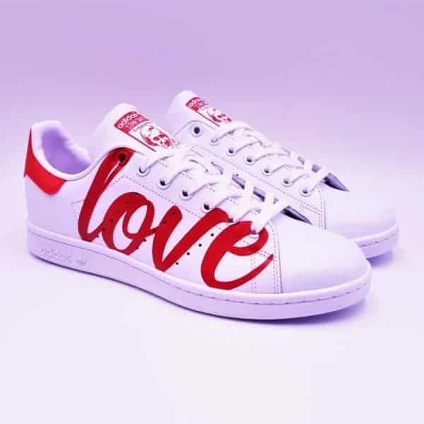 Adidas Stan Smith Love Me, un peu d'amour dans ce monde de brutes. Love me par Double G Customs.