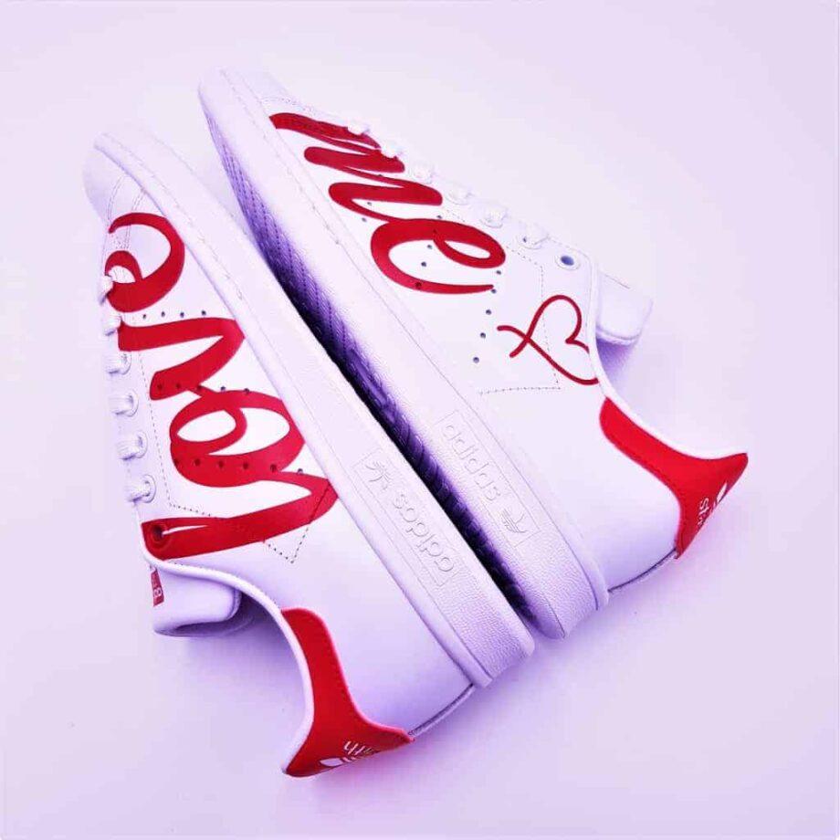 Des chaussures pour lui dire que vous l'aimez, les Adidas Stan smith Love Me par Double G Customs.