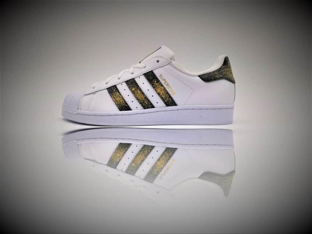 Les Adidas superstar custom 24k ont été réalisées par Double g Customs, artiste créateur de chaussures customisées.