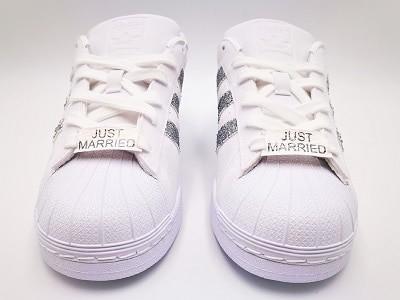 Adidas custom just married, paire de chaussures de mariage personnalisées par l'artiste belge double g customs