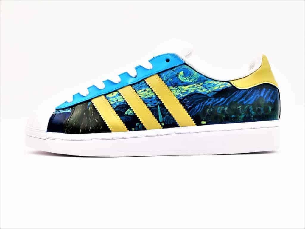 Les Adidas Van Gogh, une paire de chaussures customisées par Double G Customs avec le tableau de Van Gogh la nui étoilée.
