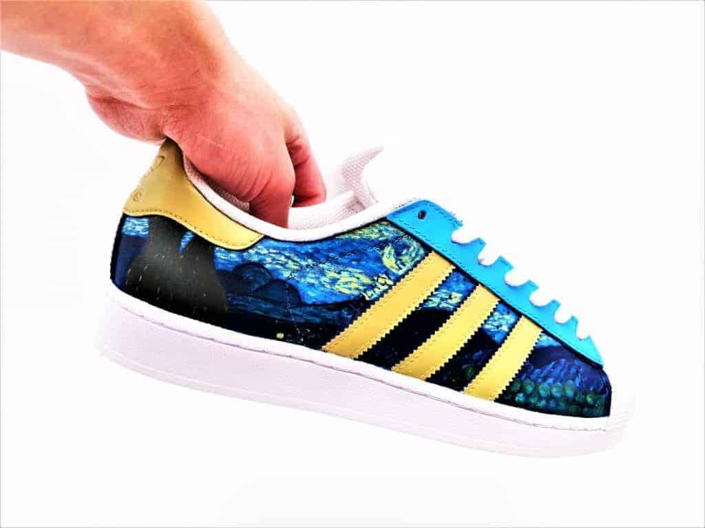 Les Adidas Van Gogh, une paire de chaussure customisées avec le tableau la nuit étoilée de Van Gogh par Double G Customs, créateur de chaussures customisées.