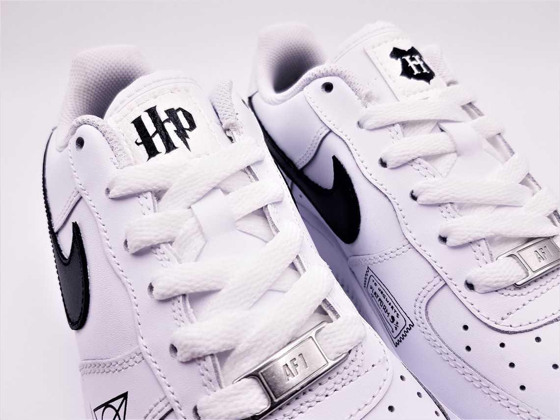 Les Nike air Force 1 harry potter custom par Double G Customs pour la blogueuse Julinfinity. Chaussures customisées sur mesure.