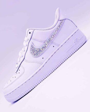 Les Nike Air Force 1 Swarovski, des chaussures Nike customisées avec des strass Swarovski par Double G Customs, créateur de chaussures personnalisées.