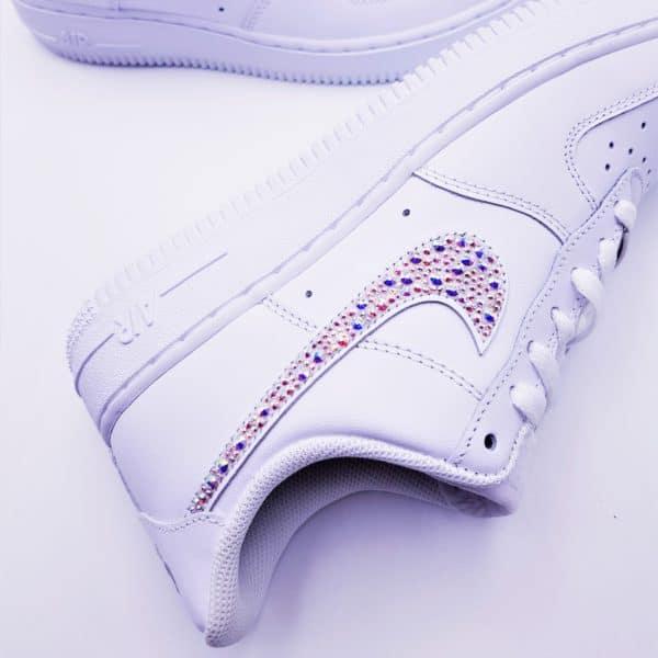 Les Nike Air Force 1 Swarovski customisées pas Double G Customs avec des Strass Swarovski multicolores. Double G customs créateur de chaussures personnalisées sur mesure.