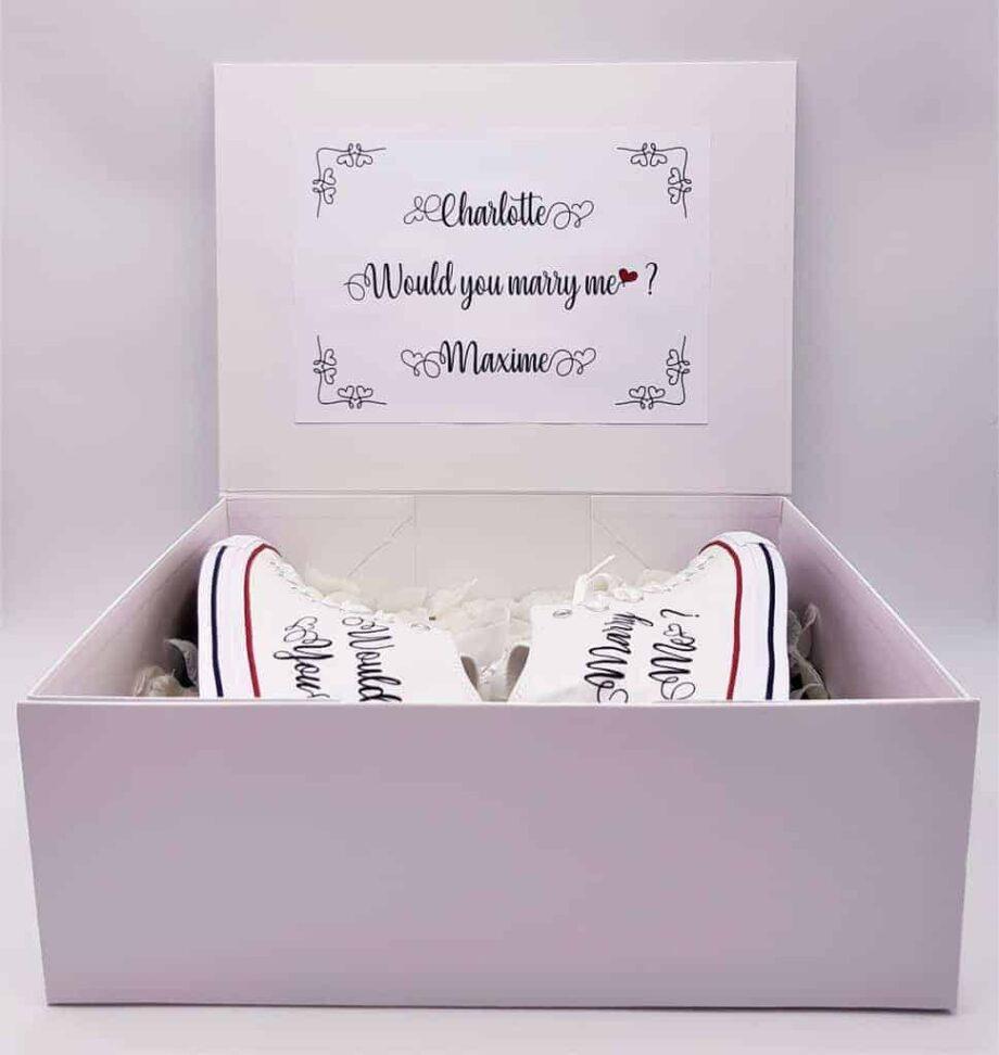 Chaussures personnalisées Converse Marry Me pour une demande en mariage originale. Chaussures customisées pour les mariages par Double G Customs.