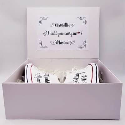 "Demande en mariage originale avec des chaussures Converse Marry Me comprenant l'inscription ""Would you Marry Me"" par Double G Customs."