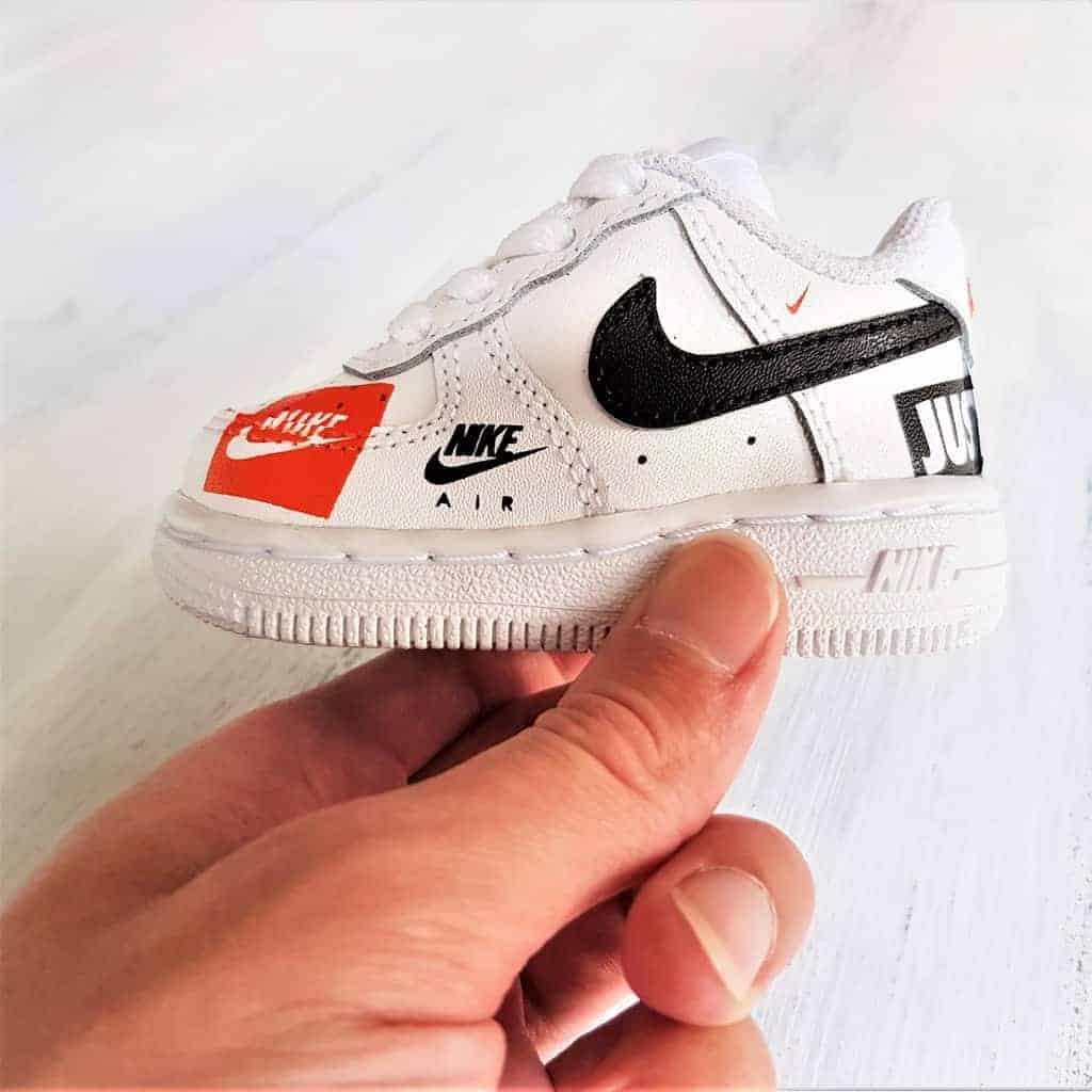 Nike Air force 1 custom Just Do It, chaussures customisées par dougle g customs, artiste custom sneakers.