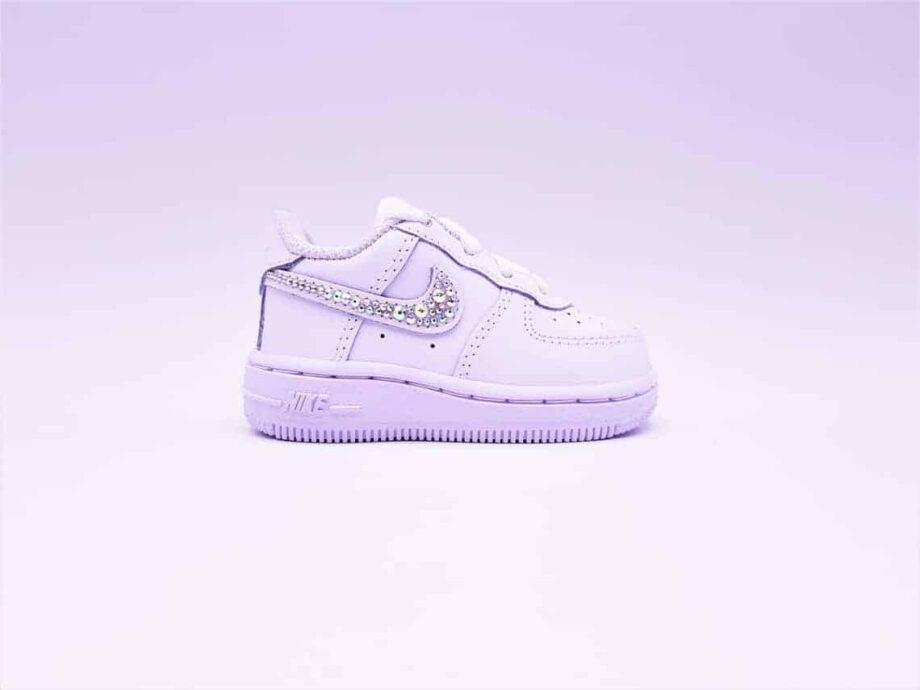 Les Nike Air Force 1 Baby Swarovski, des chaussures personnalisées pour bébé avec des strass Swarovski par Double G Customs.