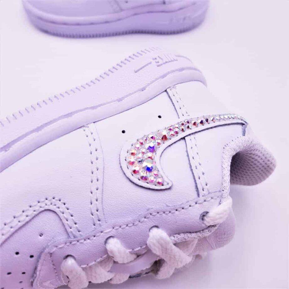 Les chaussures personnalisées pour bébé Nike Air Force 1 Baby Swarovski ont été créées par Double G Customs avec des Strass Swarovski multicolores.