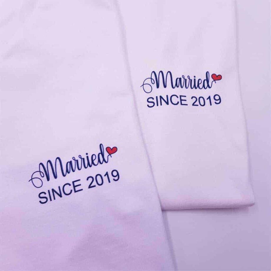 Le t-shirt Married Since est un t-shirt personnalisée par Double G Customs avec l'année de votre mariage. Le cadeau parfait pour les futurs mariés et les lunes de miels.