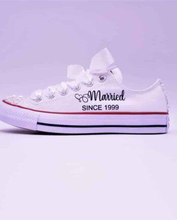 Converse Married Since Pearl par Double G Customs. Converse personnalisées pour les mariages avec les inscriptions Married Since.