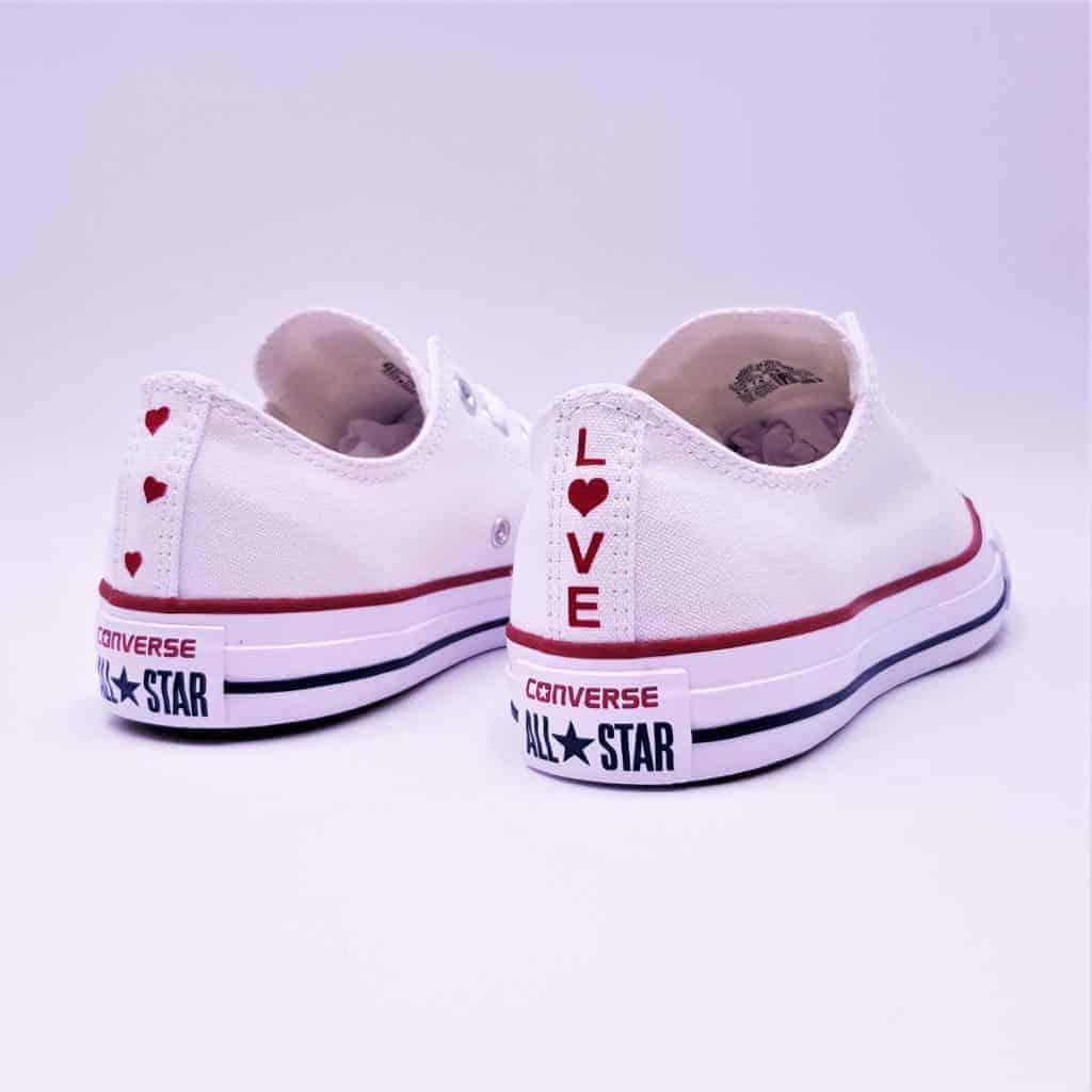 Les Converse Love, une paire de Converse personnalisée pour promouvoir l'amour par Double G Customs.